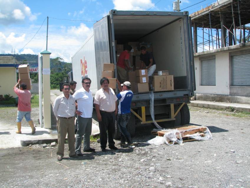 Ecuadorians with the unloaded Dole container