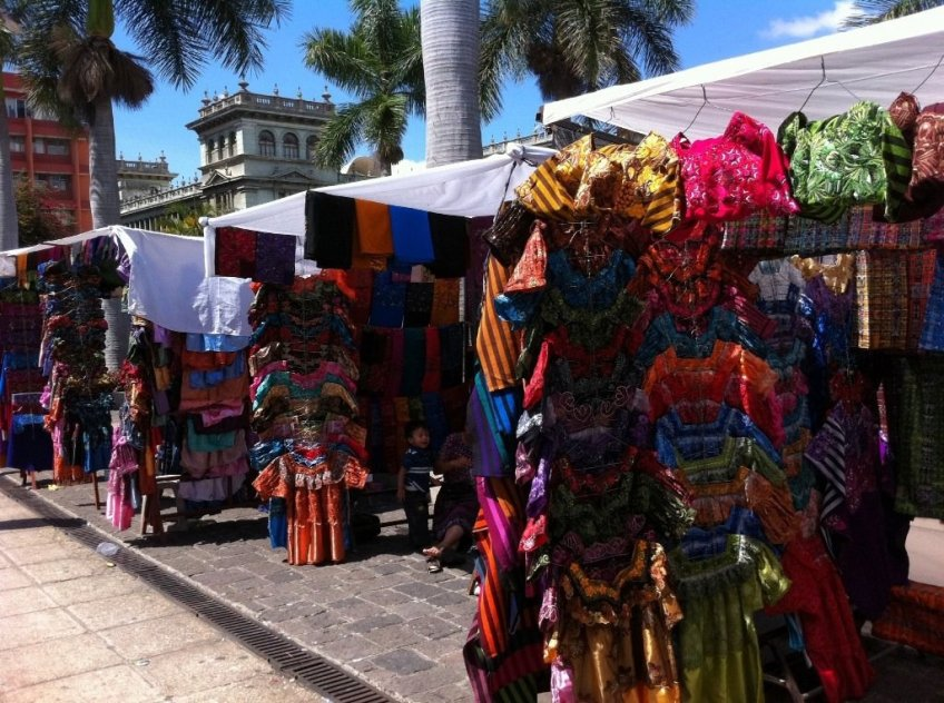 Market in the shadows of the Palacio National